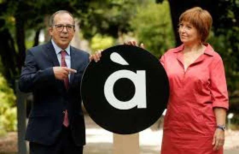 Enrique Soriano y Empar Marco con el logo de À Punt.