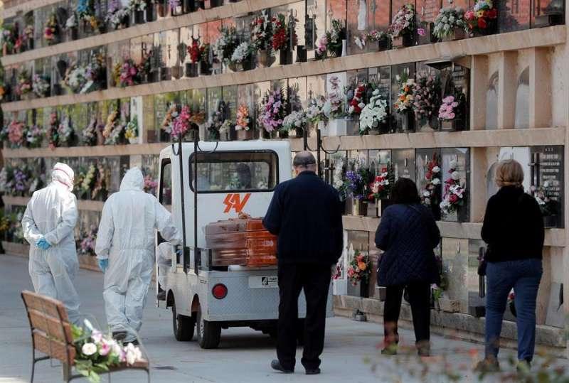 Imagen de archivo de un cementerio durante la pandemia