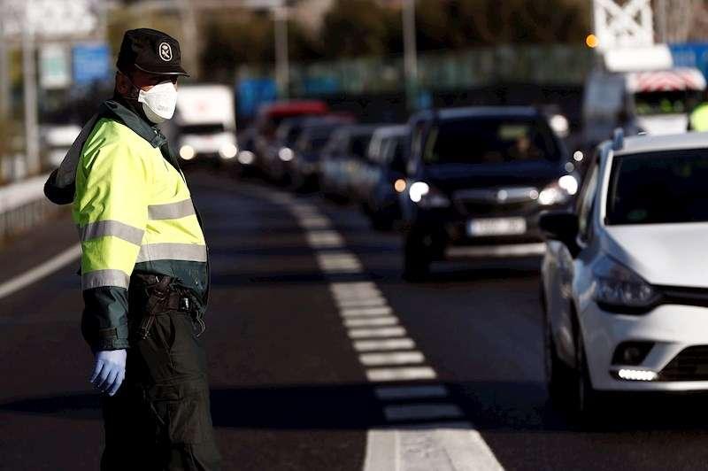 Agentes de la Guardia Civil realizan un control para hacer cumplir las restricciones que conlleva el estado de alarma. EFE