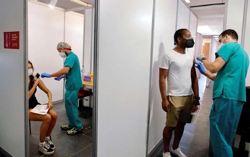 Dos jóvenes reciben la primera dosis de la vacuna en el Auditori de Castelló. Archivo/EFE/ Domenech Castelló