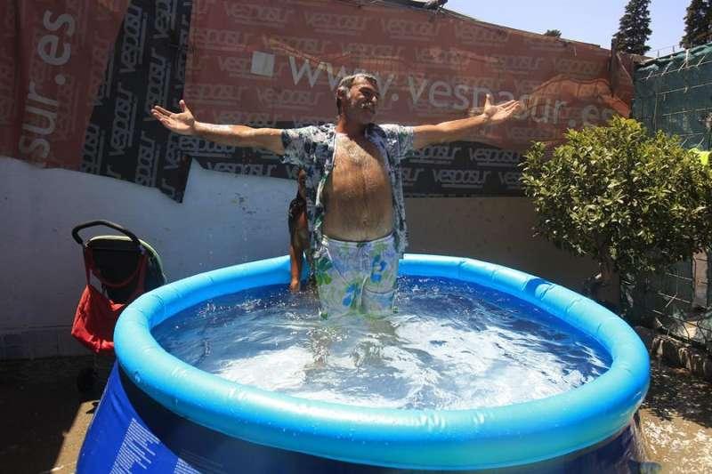 Un hombre se refresca en una piscina en su terraza. EPDA