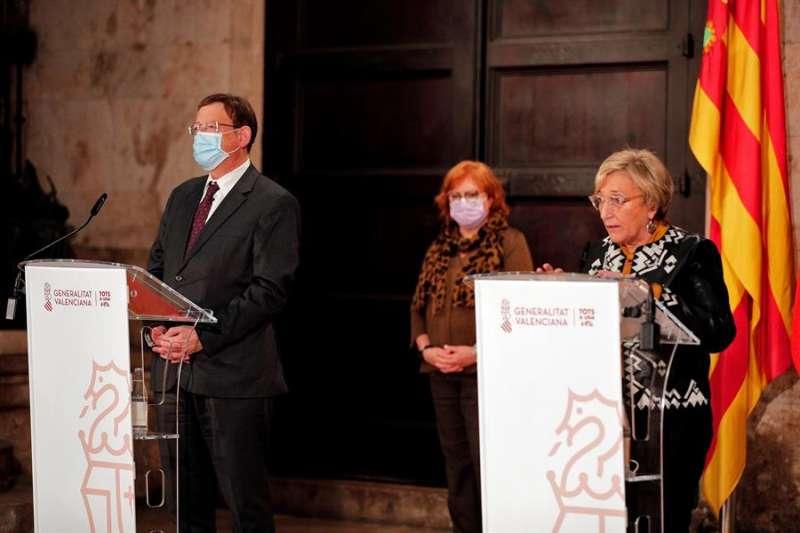 La consellera de Sanidad Universal, Ana Barceló (dcha), acompañada por el president de la Generalitat, Ximo Puig, y la Delegada del Gobierno, Gloria Calero. EFE