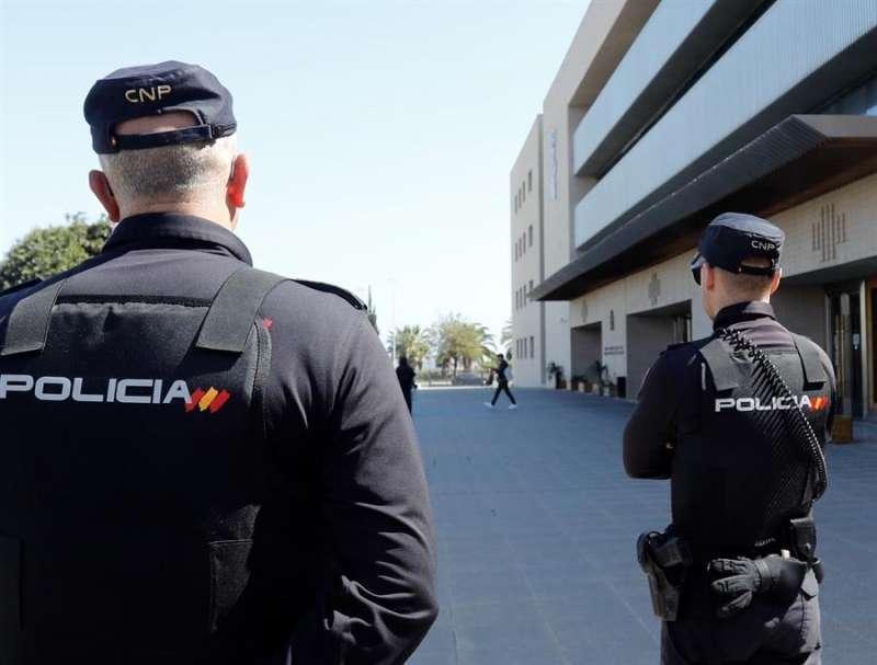 Policía Nacional en un edifcio. EPDA.