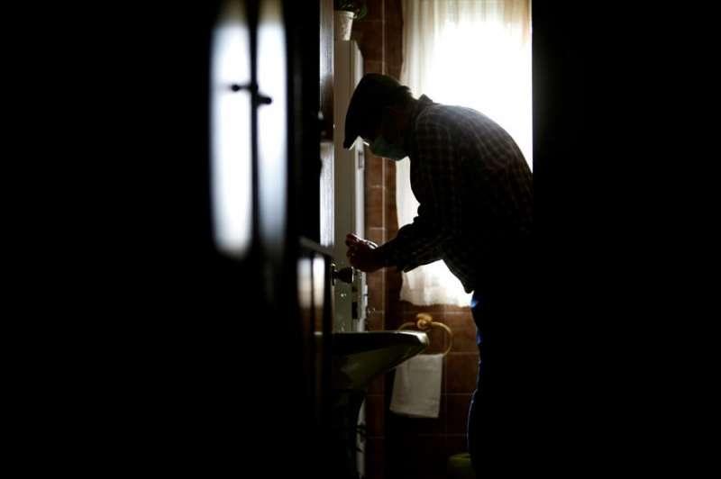 Un anciano en el interior de su vivienda. EFE/Archivo