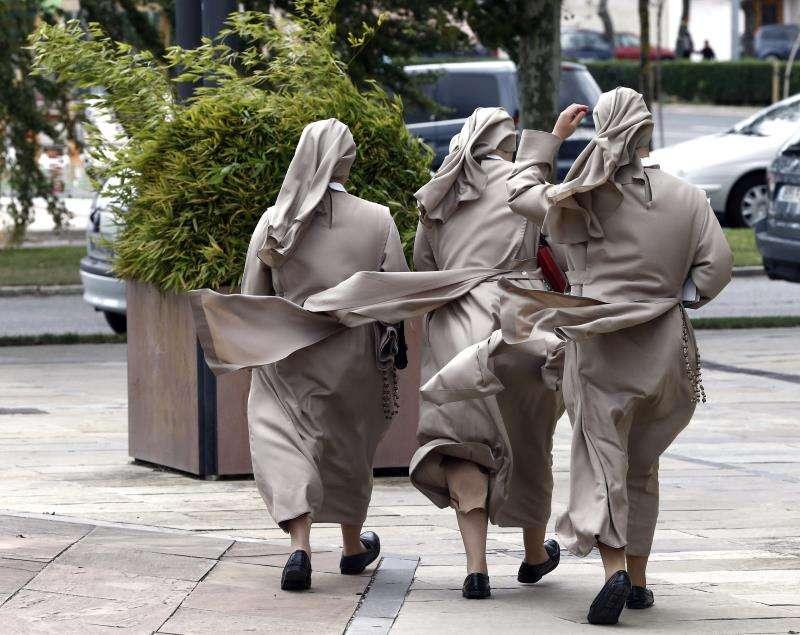 Un grupo de monjas caminan por la calle en un día de viento. EFE/Archivo