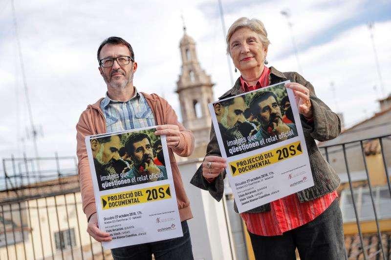Emilia Bolinches, vicepresidenta de ACICOM, y Toni Gisbert, secretario de Acció Culutral del Pais Valencià, posan con los carteles del documental sobre el encarcelamiento de los líderes independentistas Jordi Cuixart y Jordi Sànchez, que se proyectará mañana en València. EFE