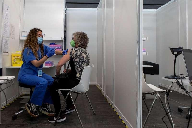 Una mujer se vacuna contra el coronavirus.