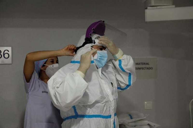 En la imagen, personal sanitario se prepara con EPIS en la Unidad de Cuidados Intensivos de un hospital. EFE/Archivo