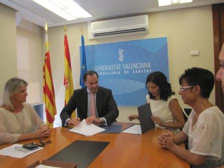 Firma del convenio  hoy entre el conseller de Sanidad y ALCE. Foto: EPDA