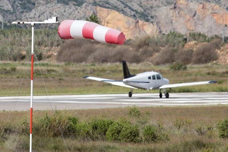 Imagen de archivo del la manga de viento en el aeroclub de la Playa del Pinar de Castellón. EFE/Domenech Castelló