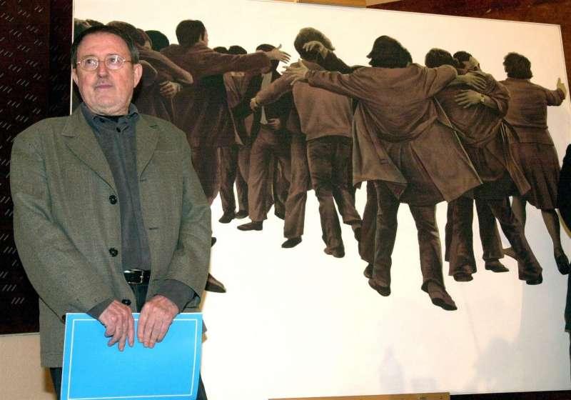 El pintor Juan Genovés posa junto a su obra