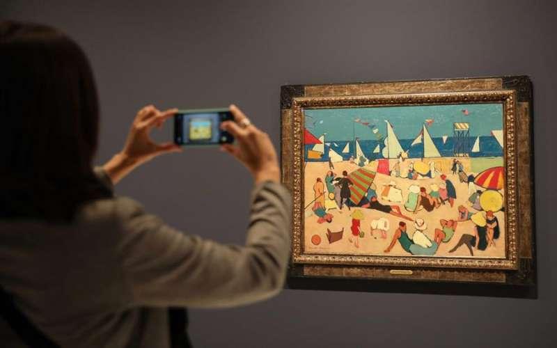 Una persona fotografía una de las obras que se pueden encontrar en la exposición