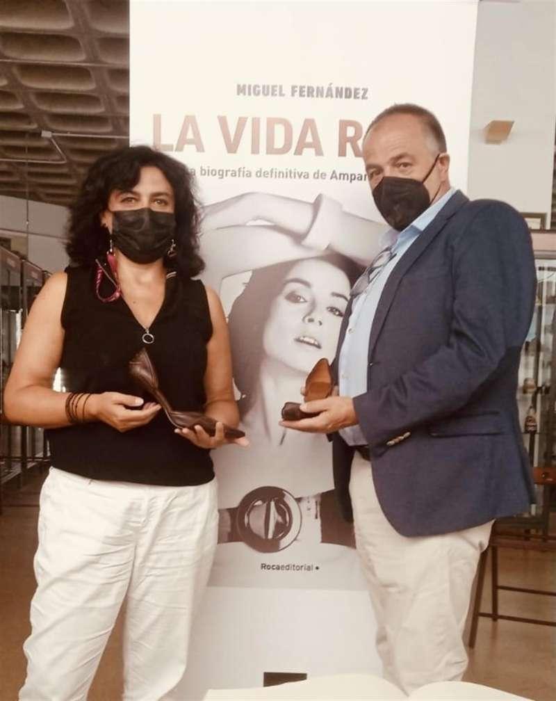 Imagen cedida por el museo de la directora del centro, María Dolores Estevez, junto al escritor Miguel Fernández. EFE