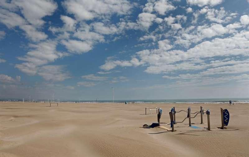 La playa desierta, en una imagen inusual para esta época del año en València, y más coincidiendo con las vacaciones de Semana Santa en el vigesimoprimer día del estado de alarma decretado por el Gobierno. EFE/Juan Carlos Cárdenas