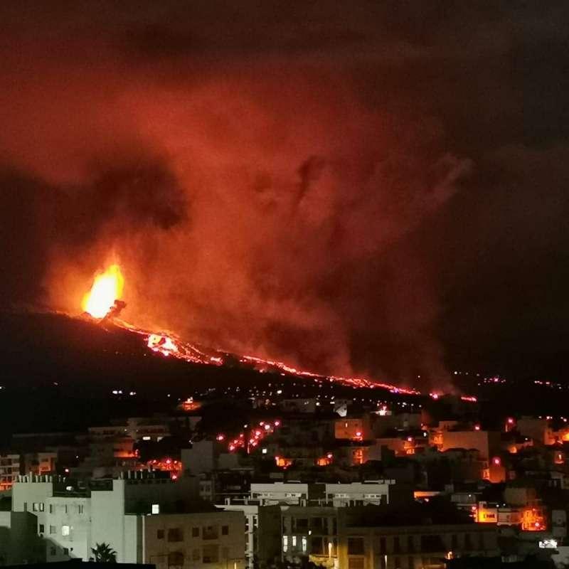 Imagen del volcán en erupción desde el municipio donde reside Celia, vecina del Port de Sagunt. / EPDA