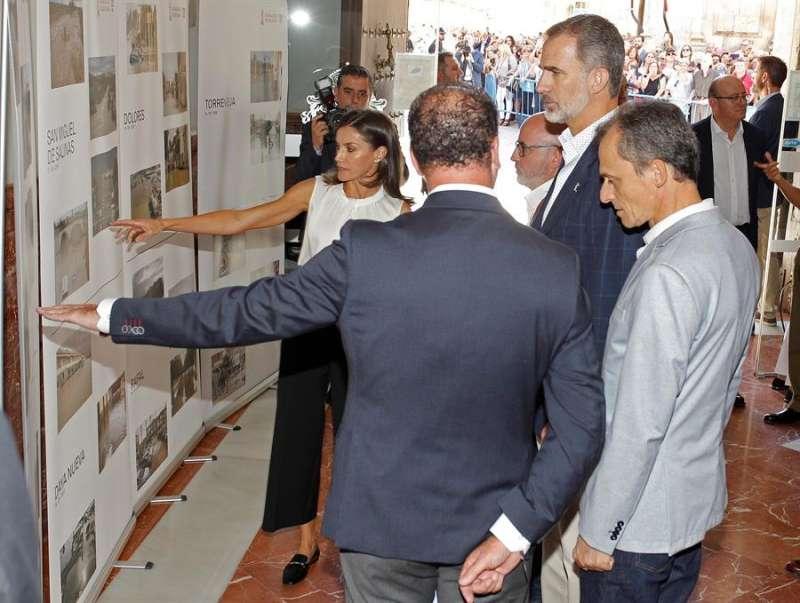 Los reyes de España visitaron Orihuela (Alicante) en octubre del año pasado y comprobaron las consecuencias de la gota fría. EFE