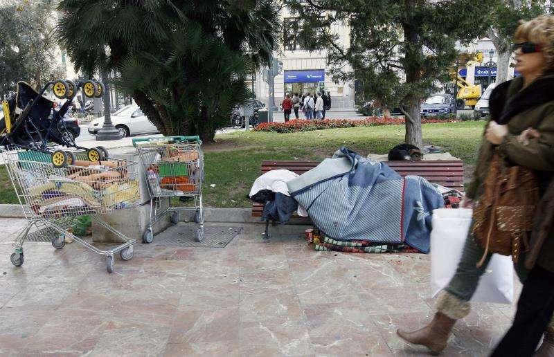 En la imagen, una persona sin hogar duerme en la calle. EFE/Archivo