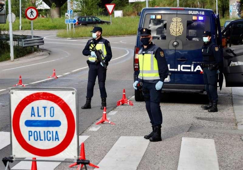Control de la Policía Nacional en una jornada del estado de alarma a causa de la pandemia del coronvirus. EFE/J.L. Cereijido/Archivo