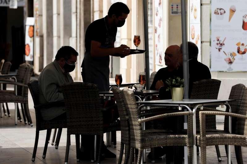 Un camarero atiende una mesa en una terraza del centro de Valencia. Archivo/EFE/Ana Escobar