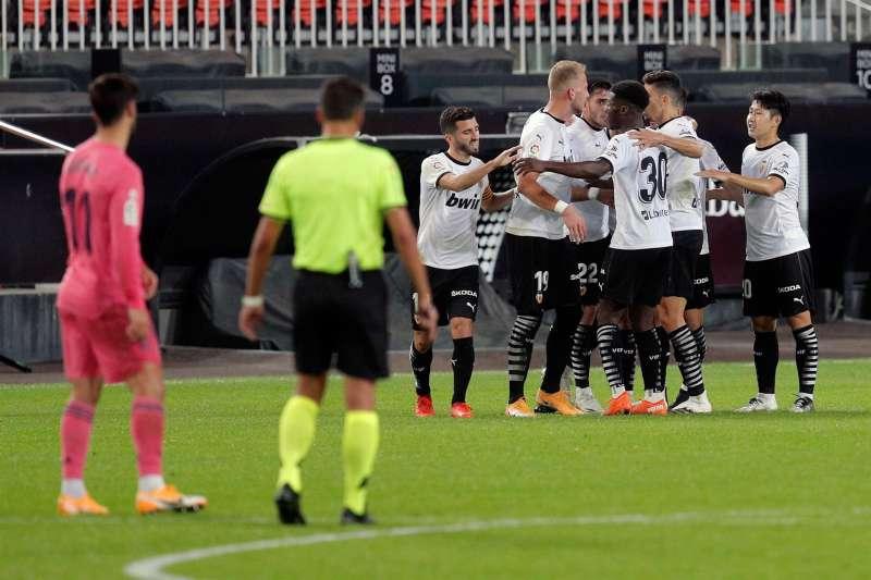 Los jugadores del Valencia CF se abrazan tras marcar el un gol contra el Real Madrid el año pasado.