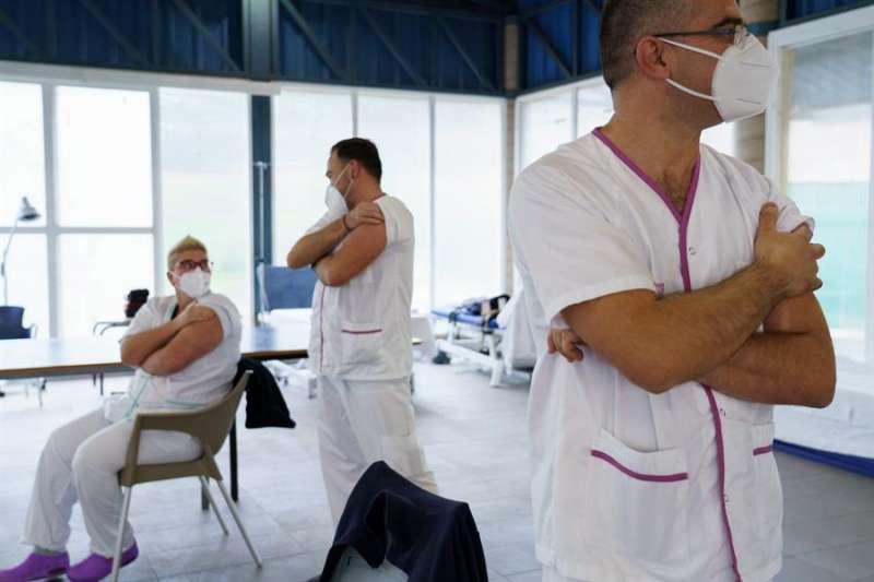 Personal sanitario espera tras ser vacunado contra la covid-19. EFE