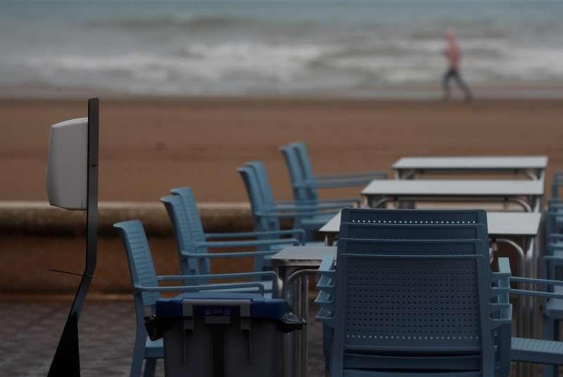 En la imagen, una mesa preparada en una terraza de la playa de la Malvarrosa de València en un día en que amenaza lluvia.