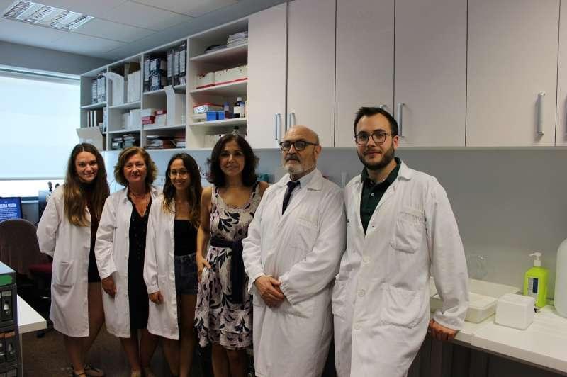 Isabel Gemio con el equipo de investigación del Hospital La Fe.