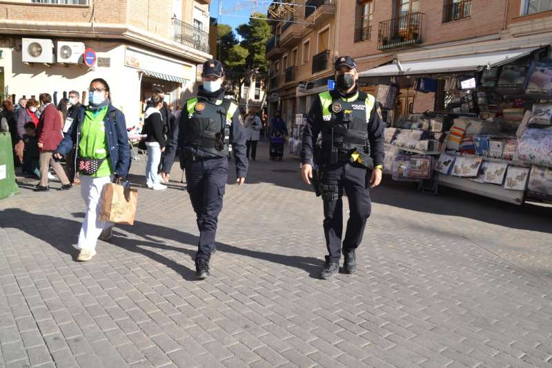 Varios policías de patrulla por Albal. EPDA