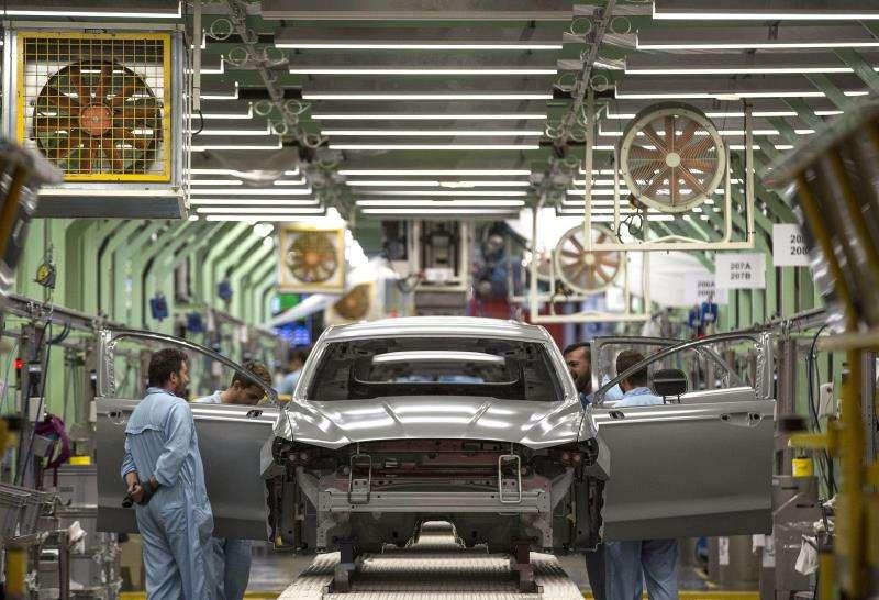 Varios trabajadores de la planta de pintura de Ford en Almussafes (Valencia). EFE/Archivo