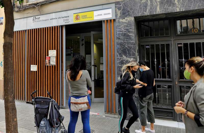 Varias personas hacen cola a las puerta de una oficina del Servicio Valenciano de Empleo y Formación (Servef)