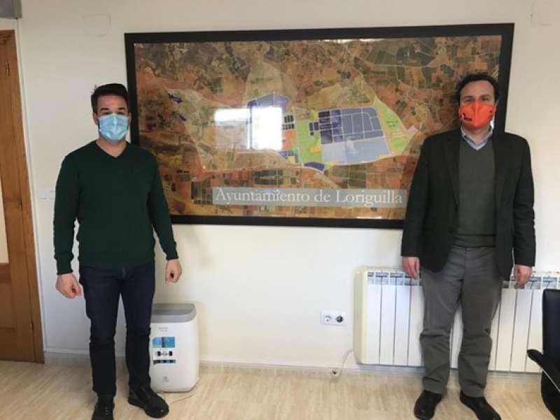 El alcalde de Loriguilla, Sergio Alfaro, con uno de los representantes de FEPEVAL, Diego Romá. / EPDA
