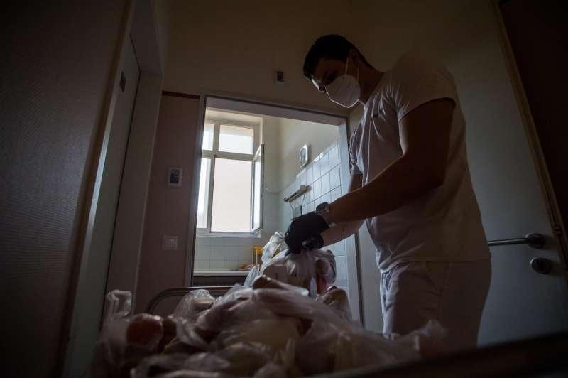 Un enfermero trabajando en un hospital.