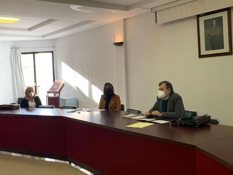 Un instante de la reunión en Villar de Arzobispo. / EPDA