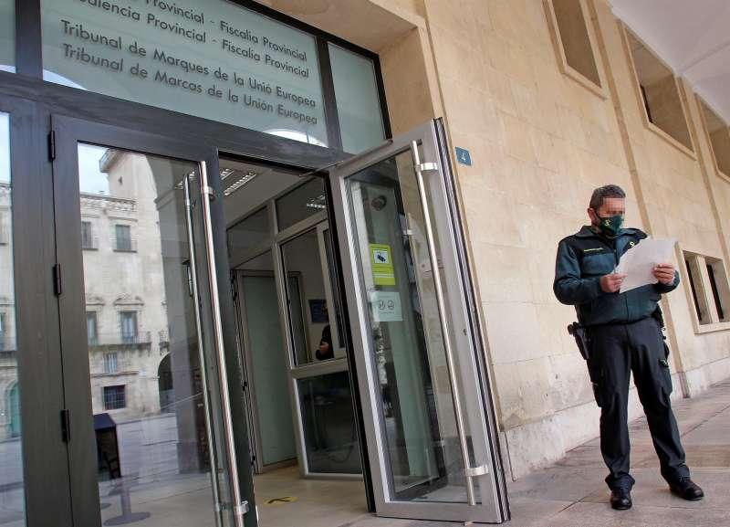 Imagen de archivo de la entrada principal de la Audiencia Provincial de Alicante. EPDA