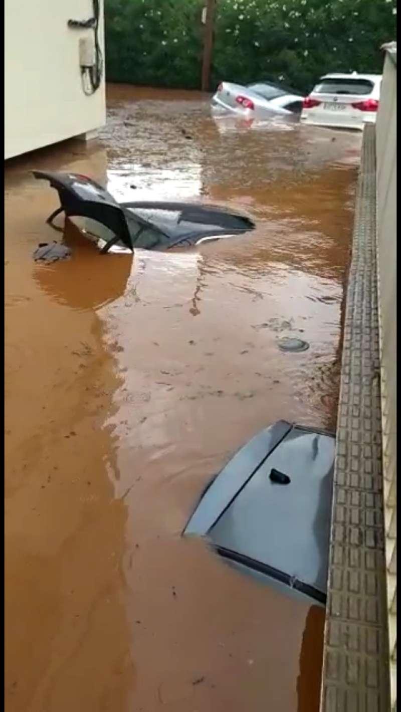 Imagen de un coche inundado en Benicàssim. EPDA