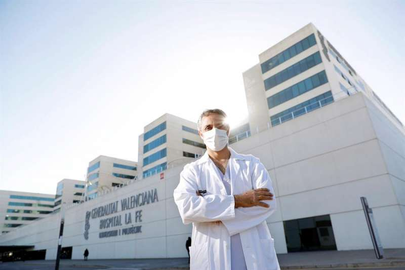 El jefe clínico de Medicina Intensiva del Hospital La Fe de València, Ricardo Gimeno, posa este martes ante el complejo hospitalario. EFE