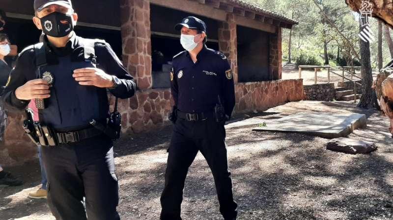 Dos policías vigilan la zona de los paelleros en Santo Espíritu