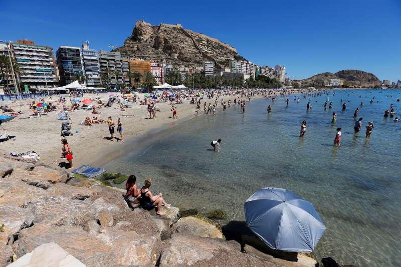 Ba�istas disfrutan de un d�a de buen tiempo en la playa del Postiguet, en Alicante.