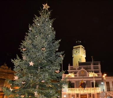 Imagen del Ayuntamiento de Meliana con las luces navideñas y el pino. FOTO: EPDA.