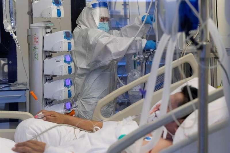 Una enfermera de la unidad de cuidados intensivos (UCI) atiende a un paciente infectado con COVID 19. EFE/Archivo