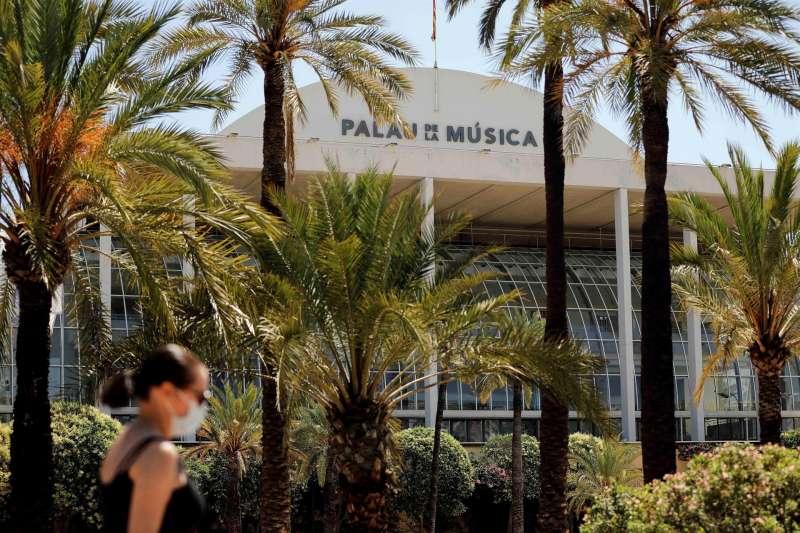 Una mujer pasa ante el Palau de la Música de Valencia.