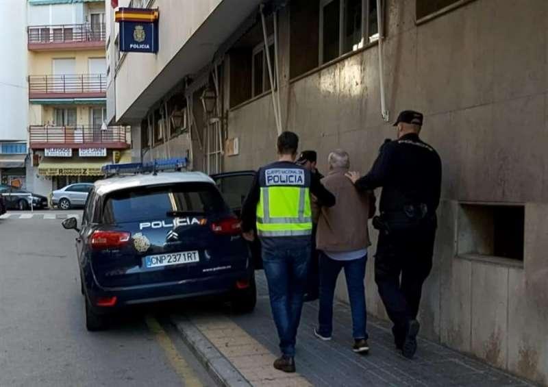 Agentes de la Policía Nacional con el detenido, en una imagen compartida por este cuerpo policial. EFE