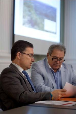 En la imagen Serafín Castellano y Alfonso Rus durante el acto de presentación del Plan de Prevención de Incendios.