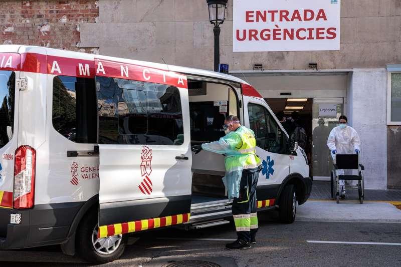 Un sanitario con EPI traslada a un paciente de una ambulancia a urgencias del Hospital Clínico de València. EFE/ Biel Aliño/Archivo