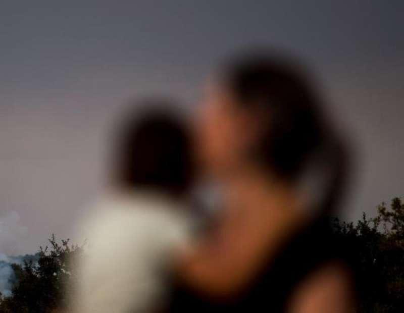 Una mujer y su hijo en una municipio rural. EFE/Brais Lorenzo/Archivo./ EPDA