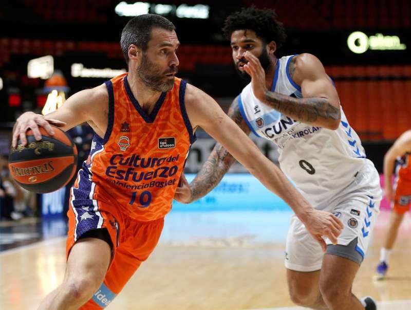El alero Fernando San Emeterio defendido por un rival en un partido del Valencia Basket.
