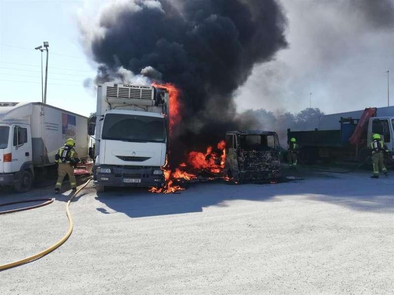 Un aparatoso incendio que ha afectado a tres camiones que se hallaban estacionados en una zona de aparcamiento cerca de Mercalicante. EFE/Bomberos Ayuntamiento Alicante