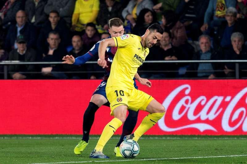 El centrocampista del Villarreal Vicente Iborra (d), en una fotografía de archivo. EFE / Domenech Castelló
