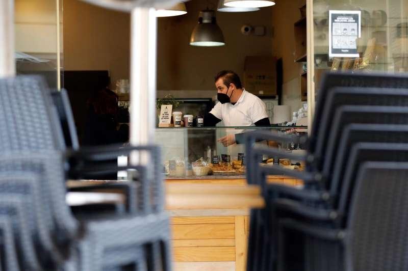 Un camarero prepara cafés para llevar. EFE