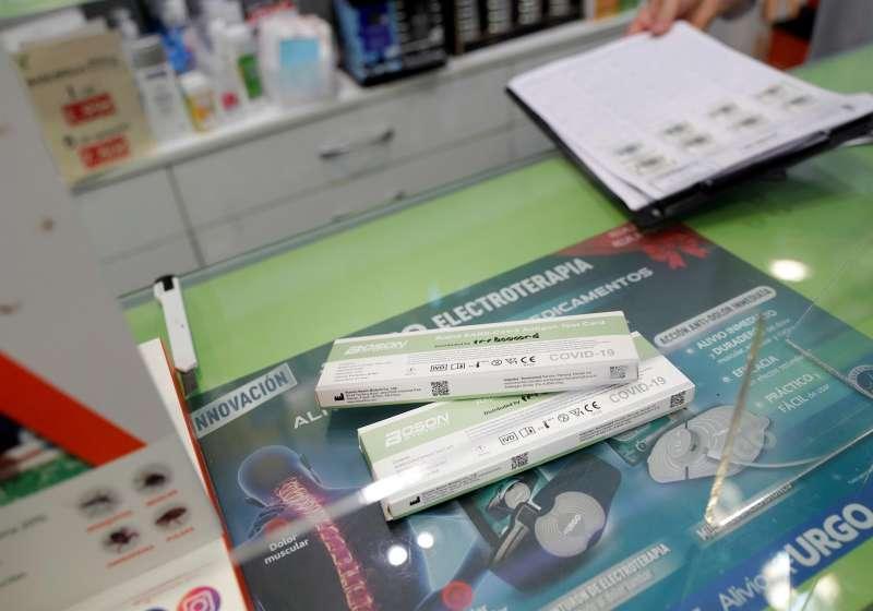 Test de antígenos a la venta en una farmacia. Archivo/ EFE/Villar López
